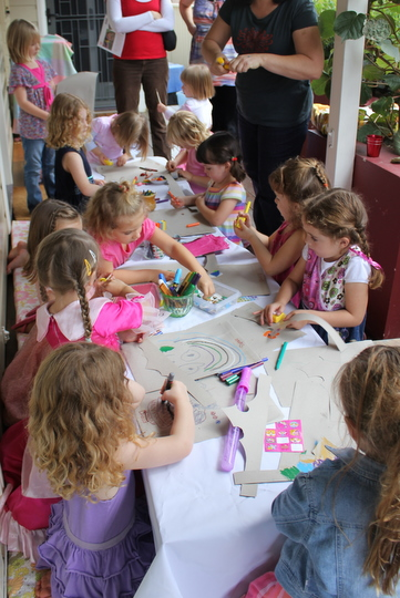 Decorating_party_bags_crowns