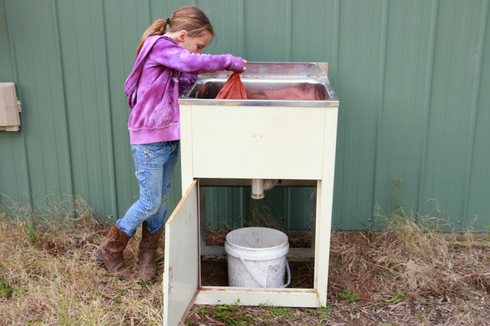 How-to-make-a-worm-farm-in-an-old-laundry-tub-little eco footprints 8
