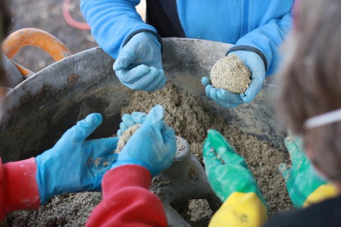 Mixing hemp hurd, lime, sand and water to make hemp masontry. Little eco footprints